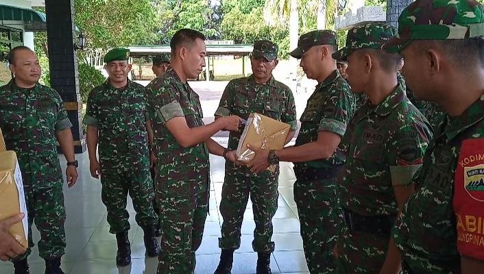 Dandim 0315/Bintan Memberikan Bingkisan Lebaran Kepada Prajurit dan PNS Kodim 0315/Bintan