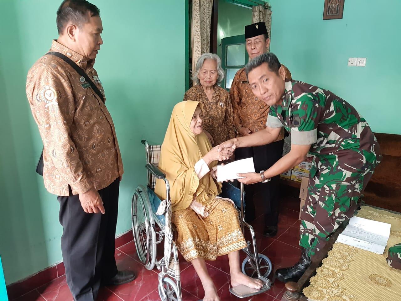 Danramil 04 Jebres Salurkan Dana Bansos Pangdam IV/Diponegoro Kepada PPAD & Warakawuri