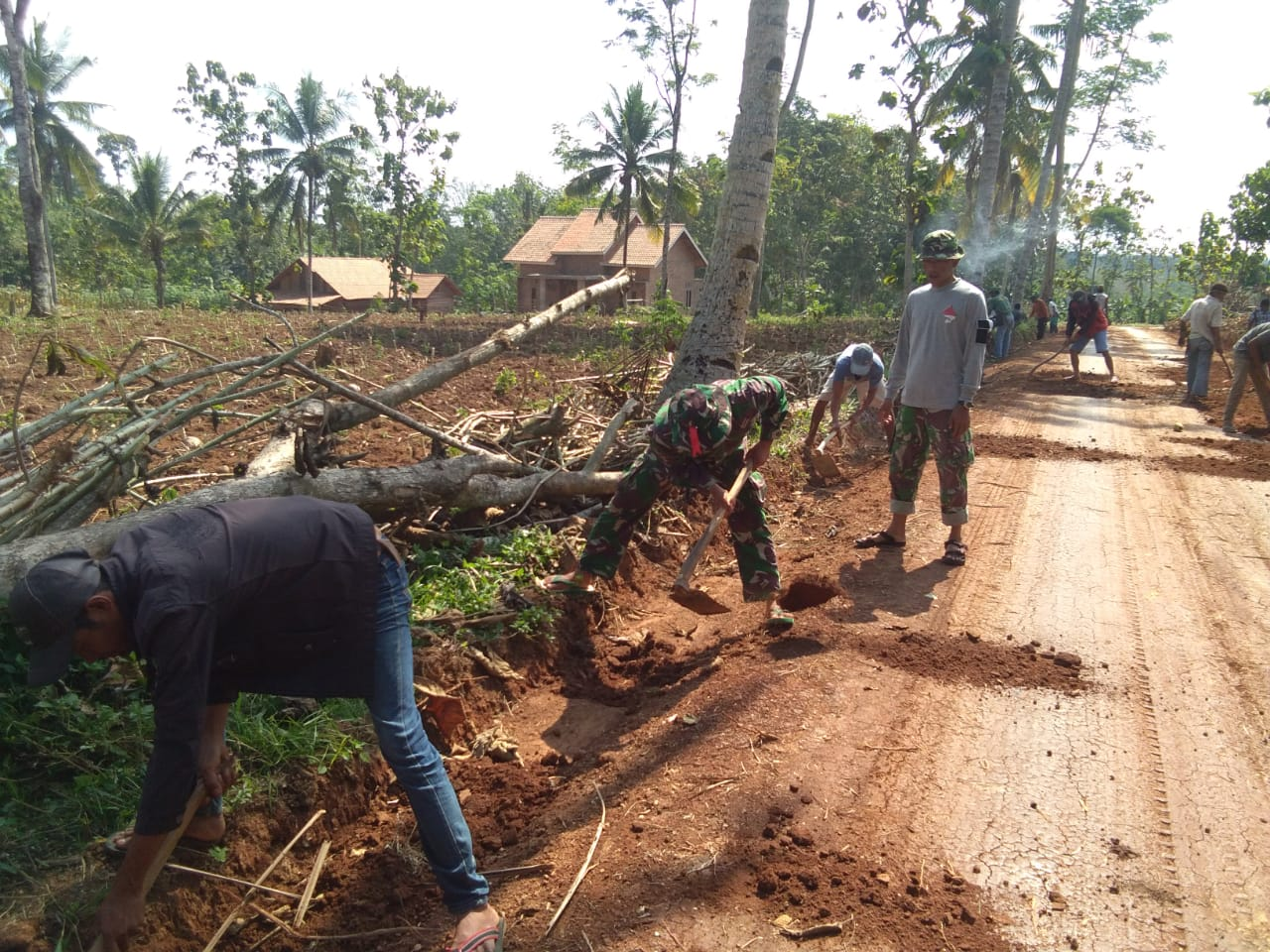 Masyarakat dan TNI Masih Kompak Bangun Infrastruktur di Desa Batu Nangkop