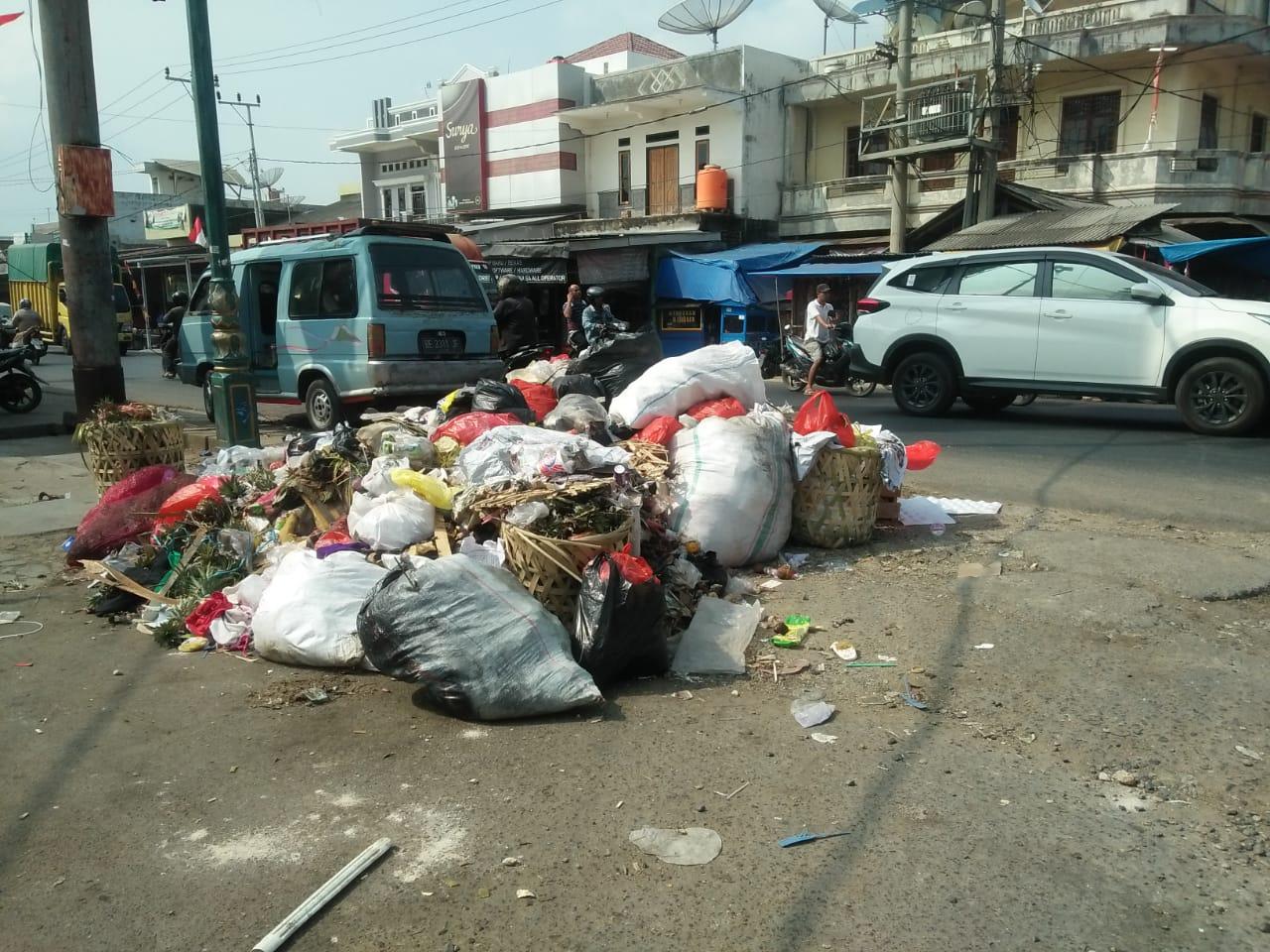 Warga Bukit Kemuning Keluhkan Tumpukan Sampah di Jalan Protokol