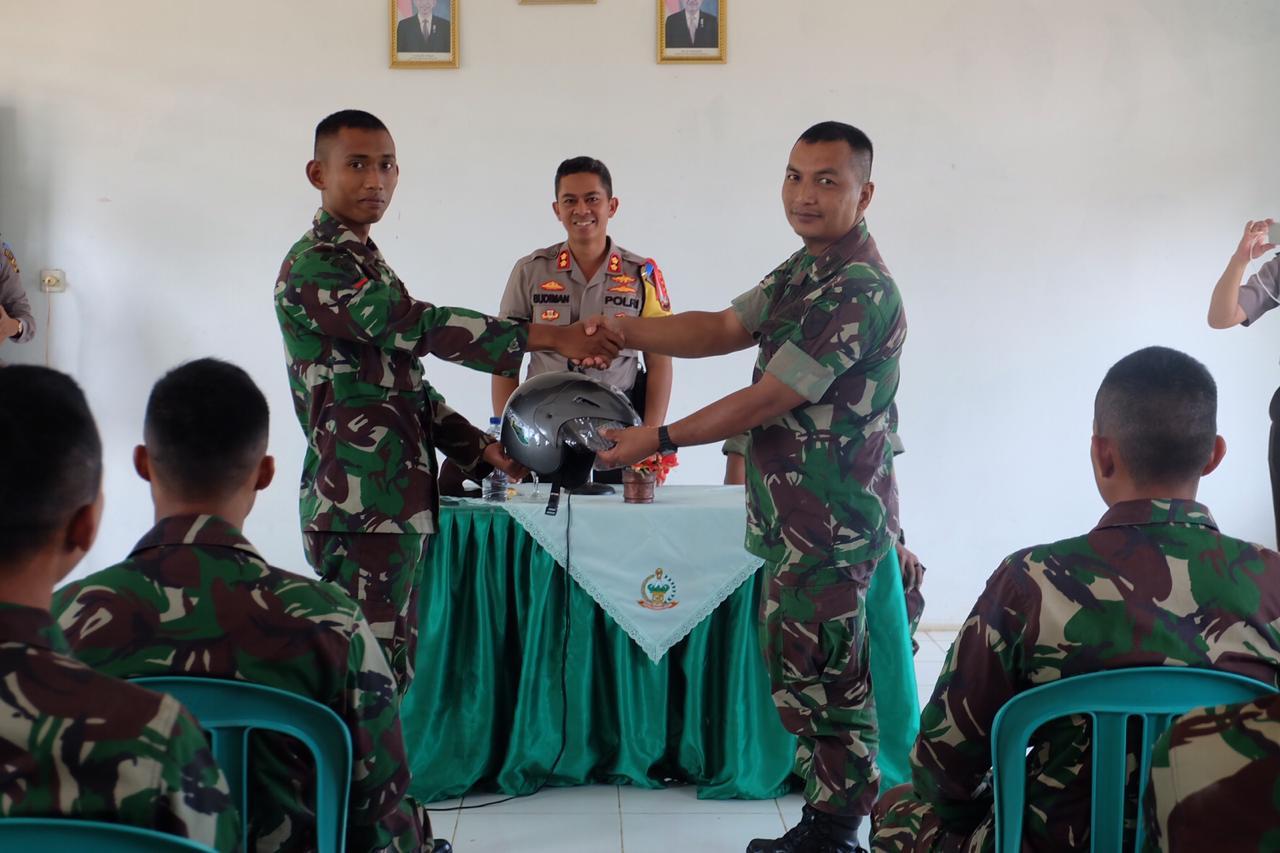 Operasi Patuh Krakatau 2019 Polisi Berikan Helm SNI Kepada Anggota TNI