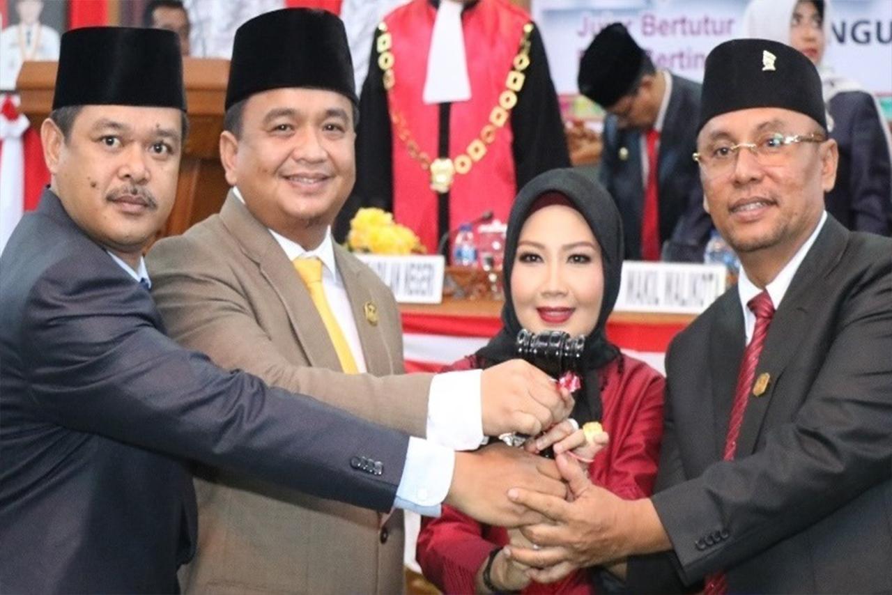 Foto Bersama saat penyerahan Palu secara simbolis oleh Ketua Sementara DPRD Tanjungpinang, Agus Djurianto, kepada Pimpinan DPRD Definitif.