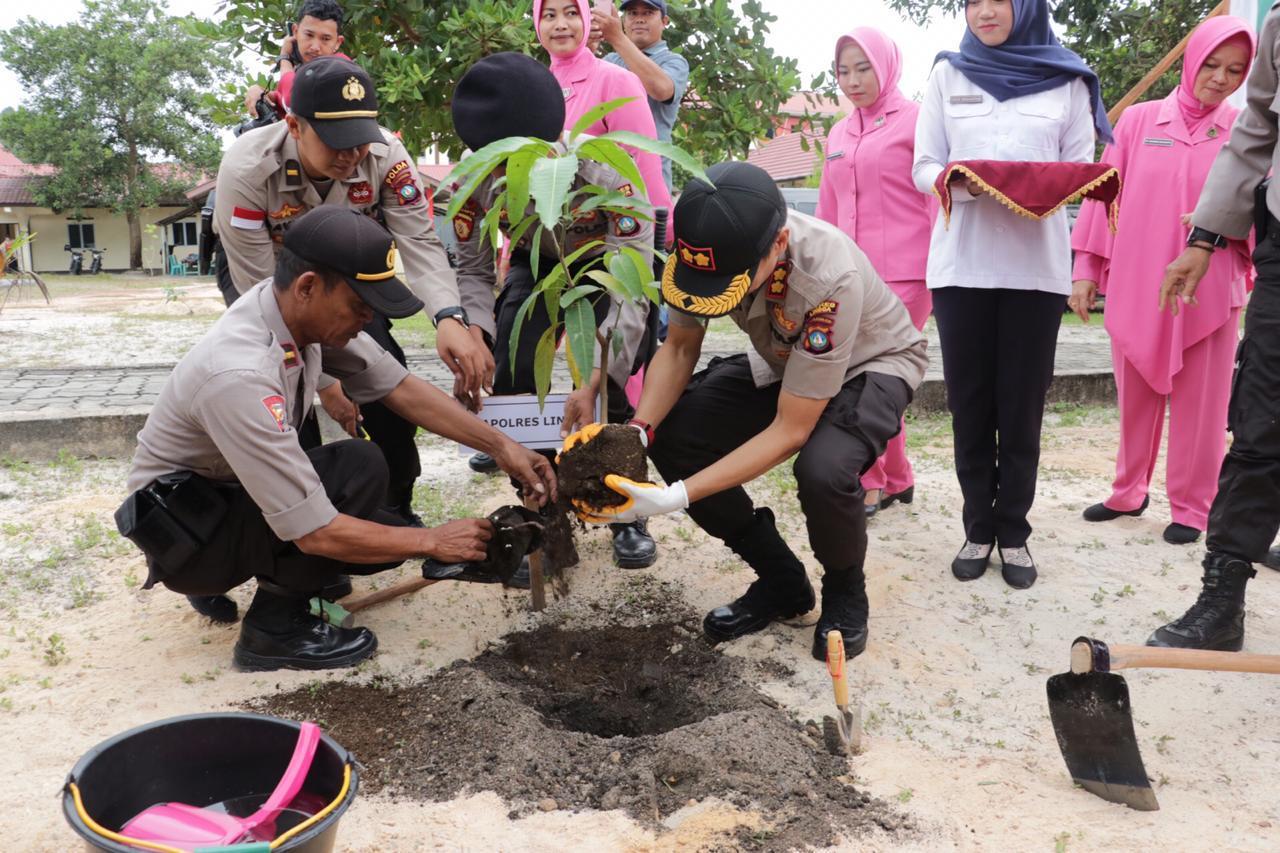 Jom Kite, Polres Lingga Bersama FKPB Kab.Lingga Tanam Ratusan Pohon