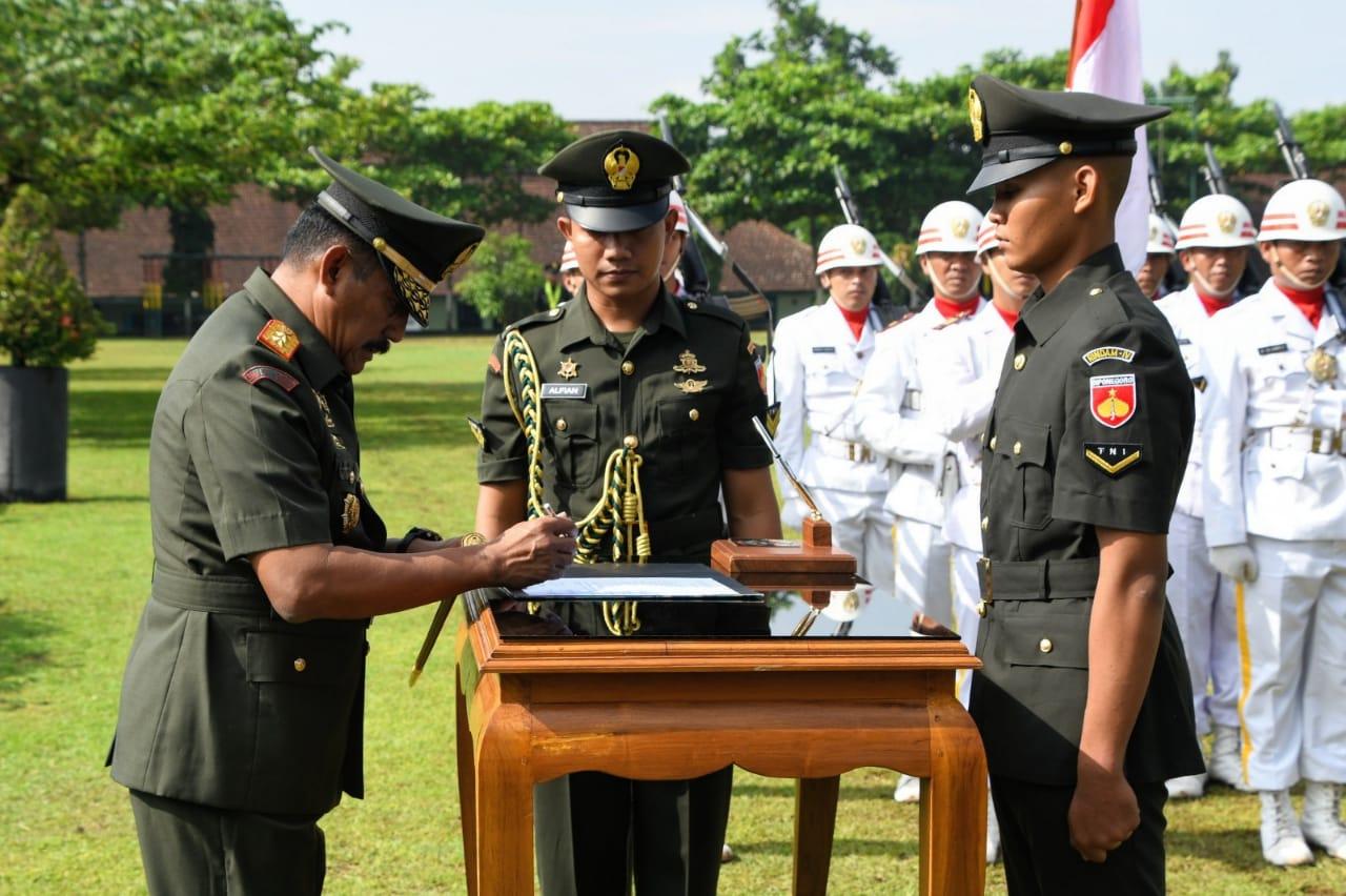 Mayjen TNI Mochamad Effendi. S.E,M,M. Lantik Siswa Pendidikan Pertama Bintara