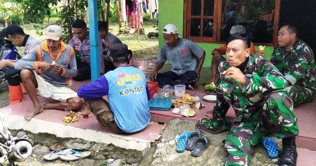 Teh Manis dan Jajanan Menjadi Sarana Perekat TNI dan Warga