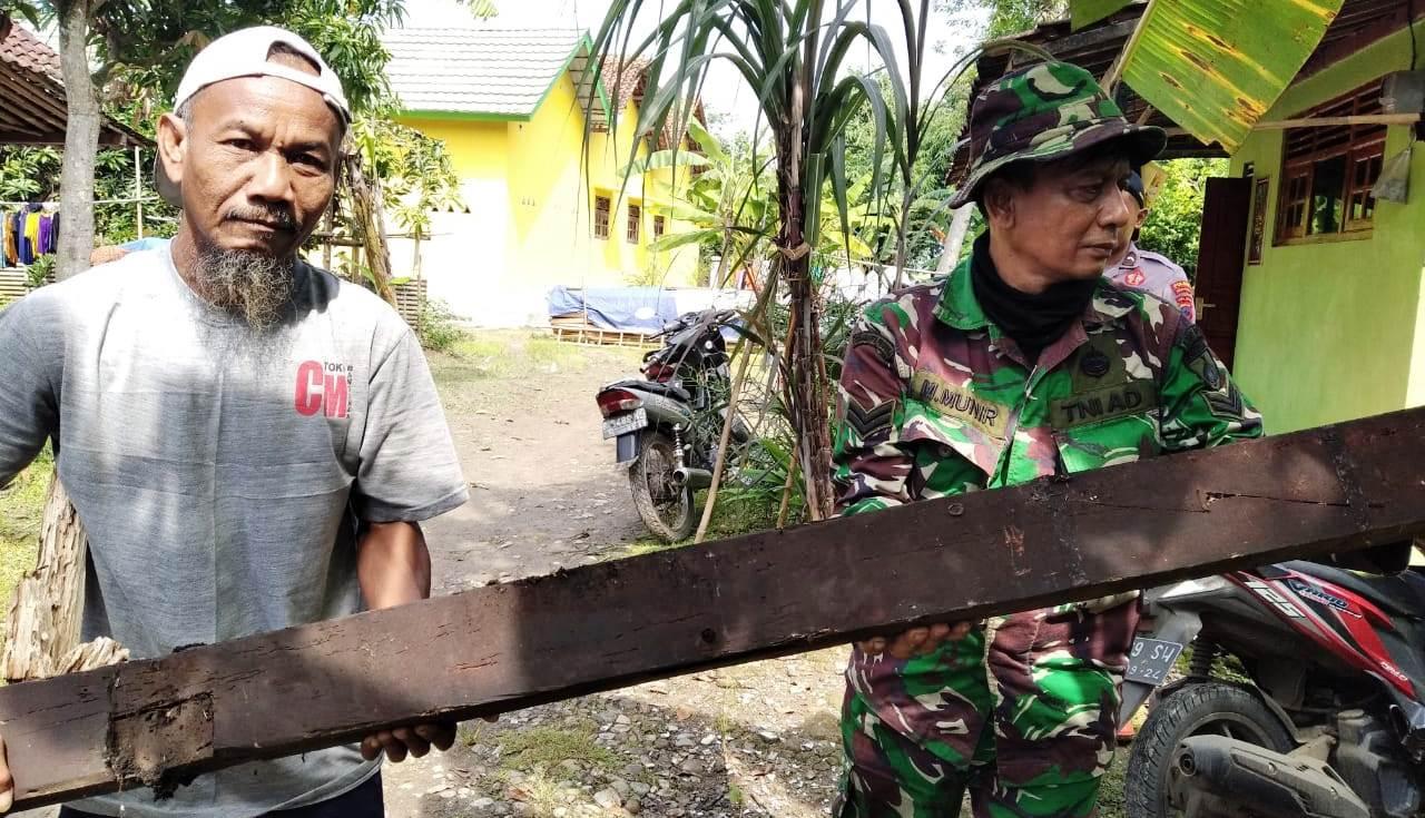 TNI dan Warga Terus Bahu Membangu Rehab Ruman Manis
