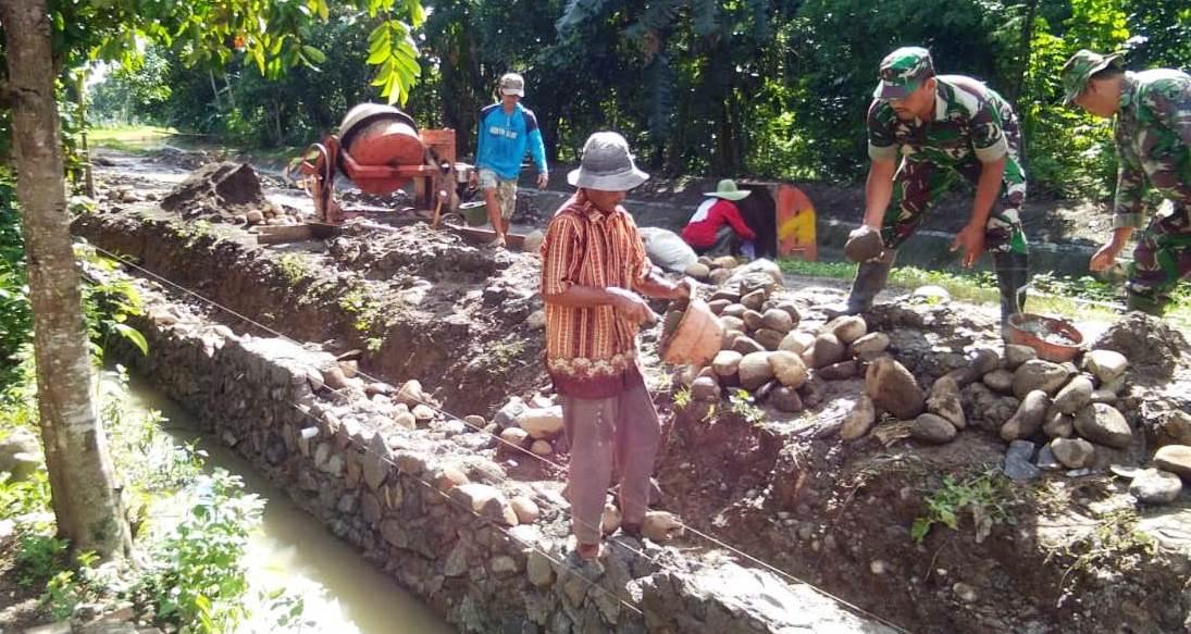 Menjadi Asisten Tukang Batu Dilakoni Sejumlah TNI