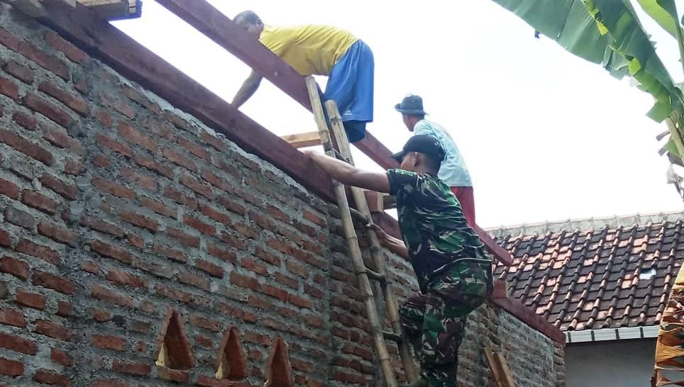 Meski Beresiko, TNI dan Warga Terus Kebut Perehaban Rumah Warga