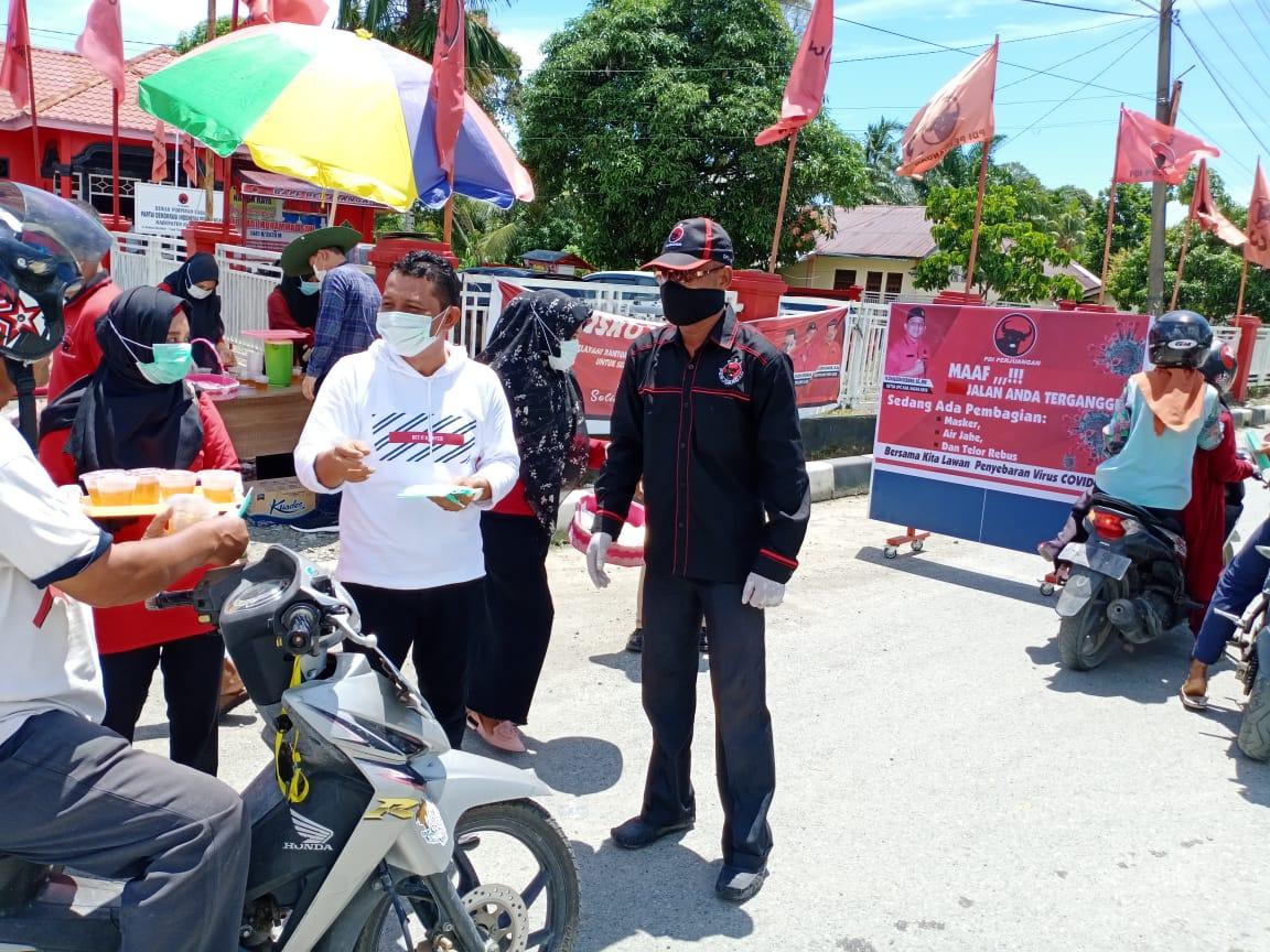 Cegah Virus Corona, Pengurus PDIP Nagan Raya Bagikan Masker untuk Pengguna Jalan