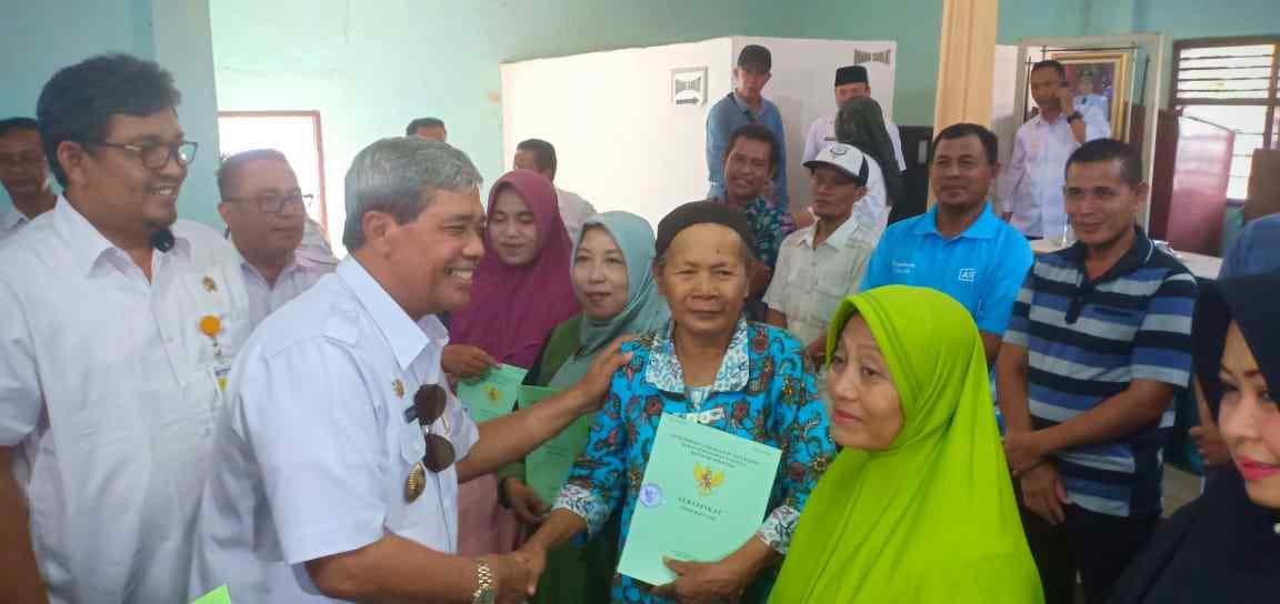 Bupati Lampung tengah serahkan seterpikat(PTSL) PADA WARGA BANDARJAYA