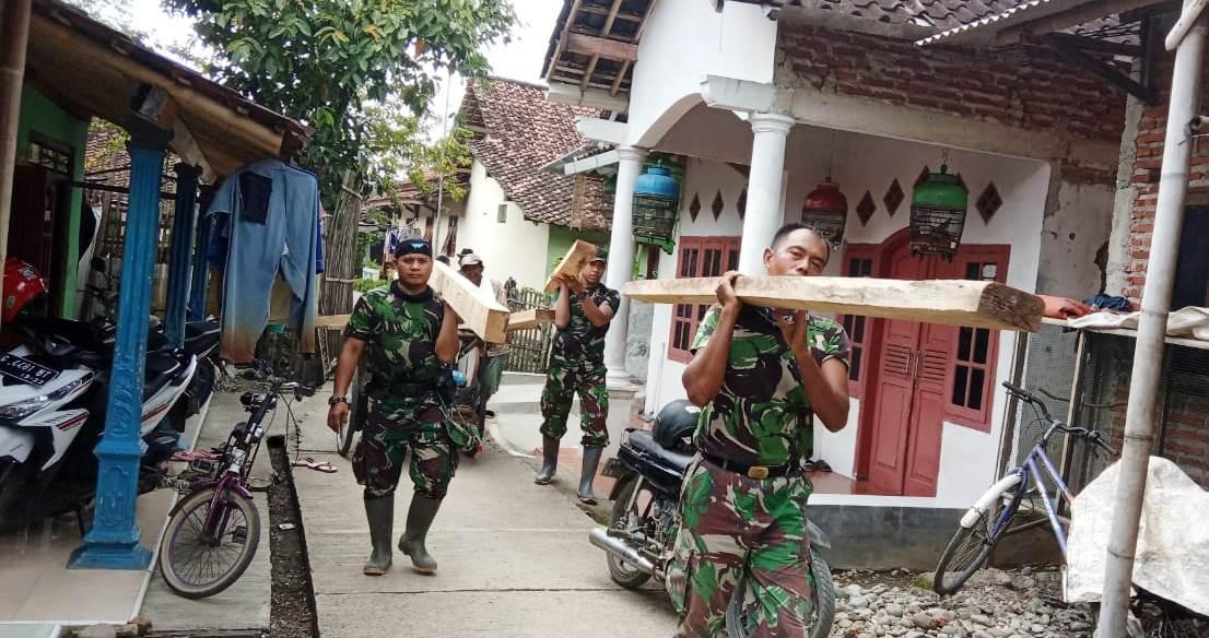 Sebagian Besar Kayu Rumah Supardi Diganti Baru Oleh TNI