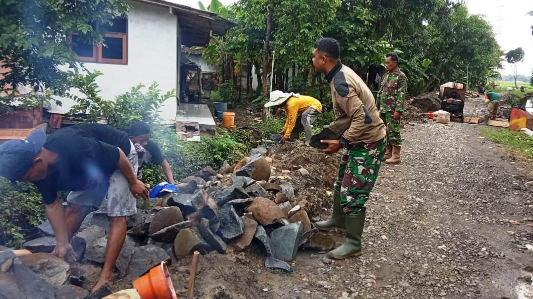 TNI dan Warga Kejar Target di Pra TMMD