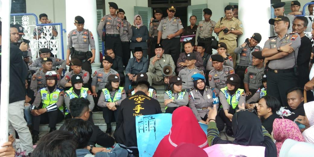Aksi Unjukrasa Ratusan Mahasiswa Dan Warga Di Gedung DPRD kota Tegal