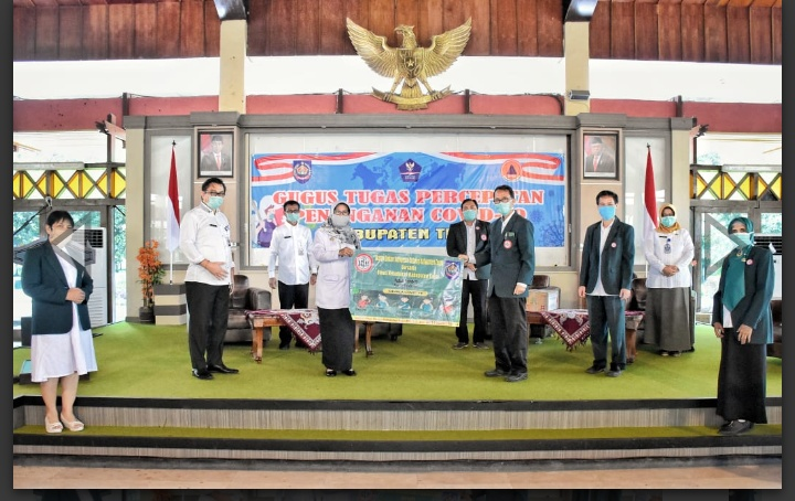 IDI Kabupaten Tegal Sumbangkan Puluhan APD untuk Tenaga Medis