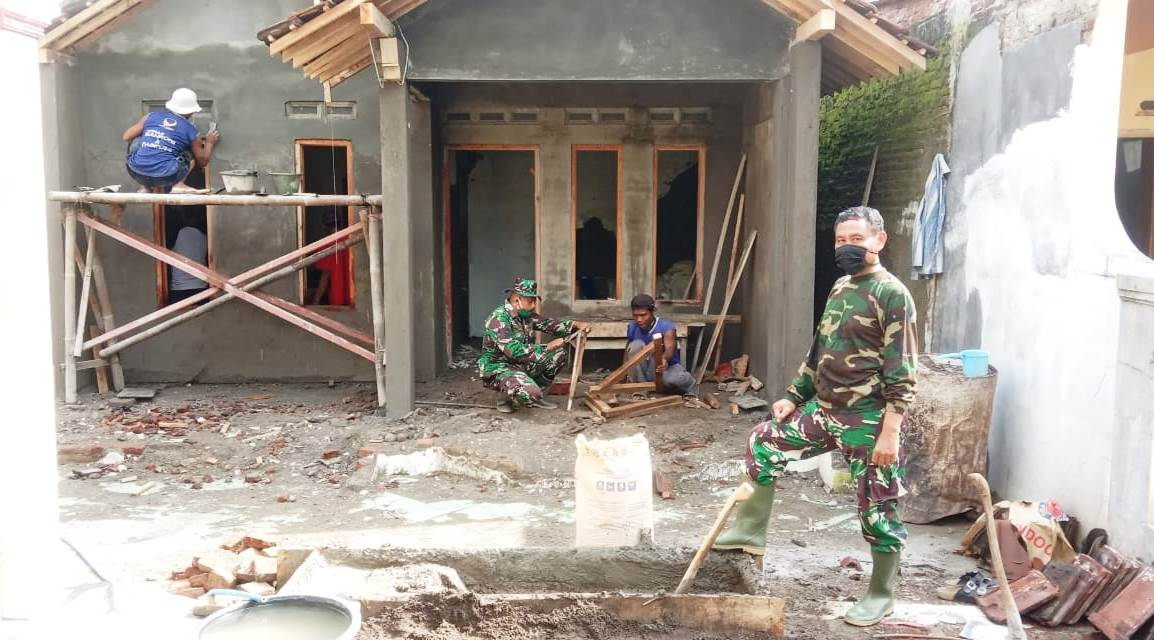 Banyak Yang Lapuk, TNI Ganti Seluruh Kusen Rumah Asrori