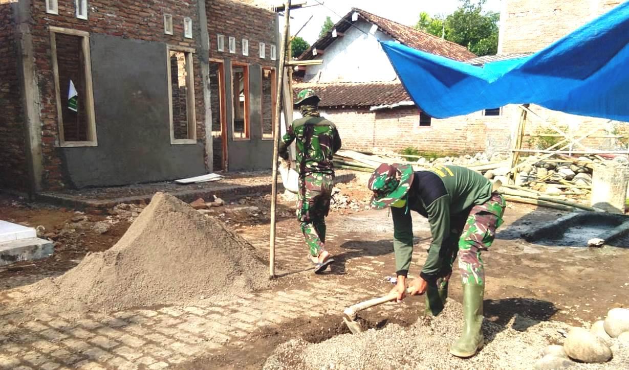 TNI Terus Rapikan Lantai Rumah Suwarni