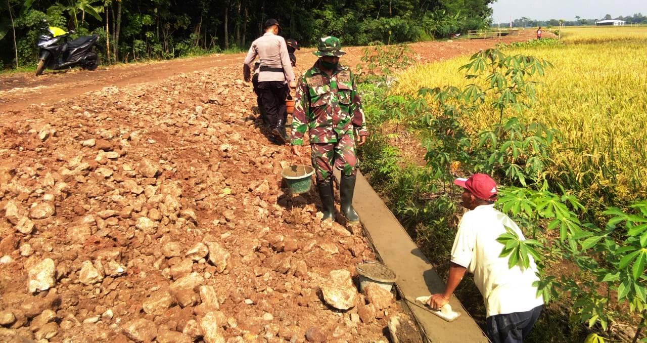 Kejar Finishing Talud, Sejumlah TNI bantu Tukang Profesional