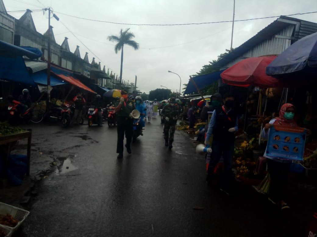 Tim Edukasi Kesdam XIV/Hsn Bagikan Mesker ke Warga di Pasar Niaga Daya