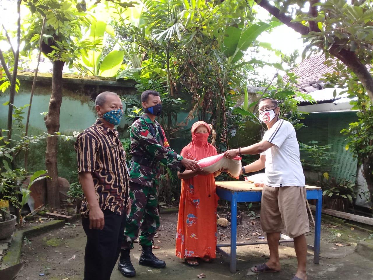 Peran serta Babinsa Keprabon Distribusikan Sembako di Wilayah Binaan