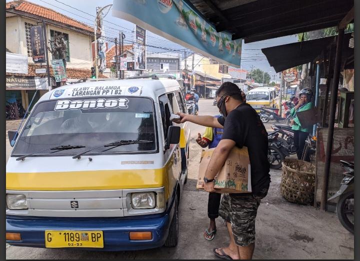 Pandemi Covid-19, Kaula Muda di Slawi Terjun ke Jalan Bagikan Sembako dan Nasi