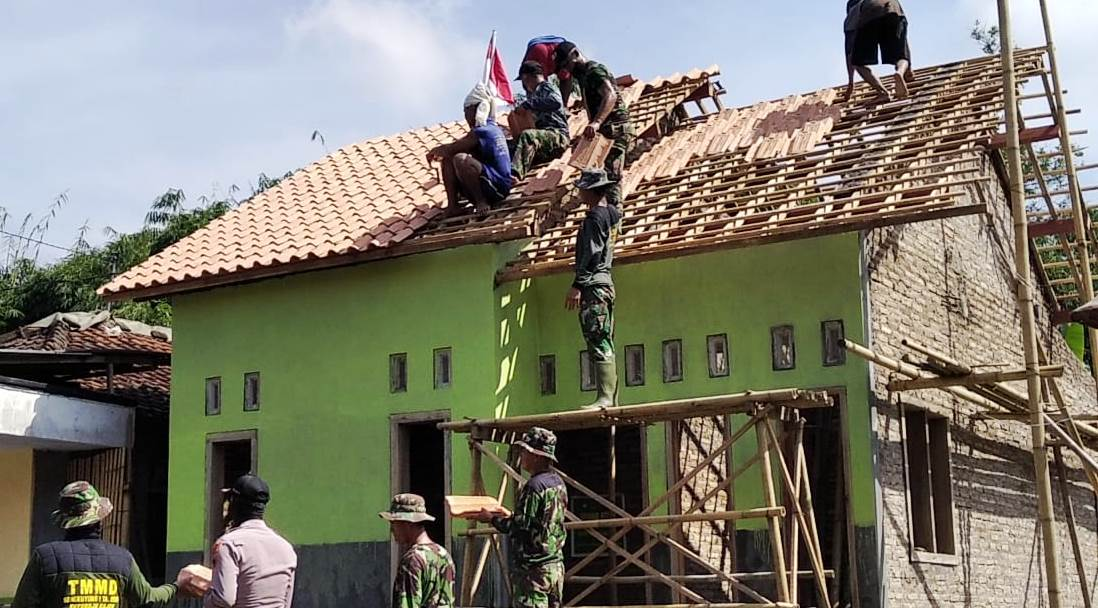 TNI, Polri dan Warga Keroyok Perehabpan Rumah Warsumi