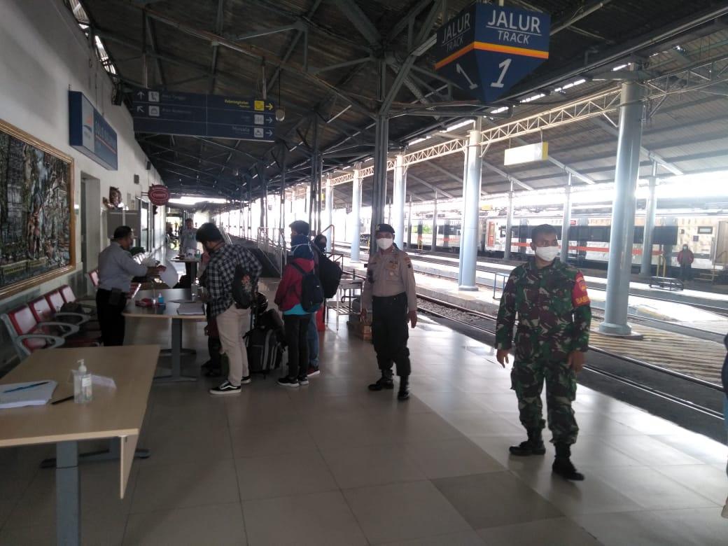 Peran Babinsa Kestalan Dalam Pengawasan Pemudik di Stasiun Solo Balapan