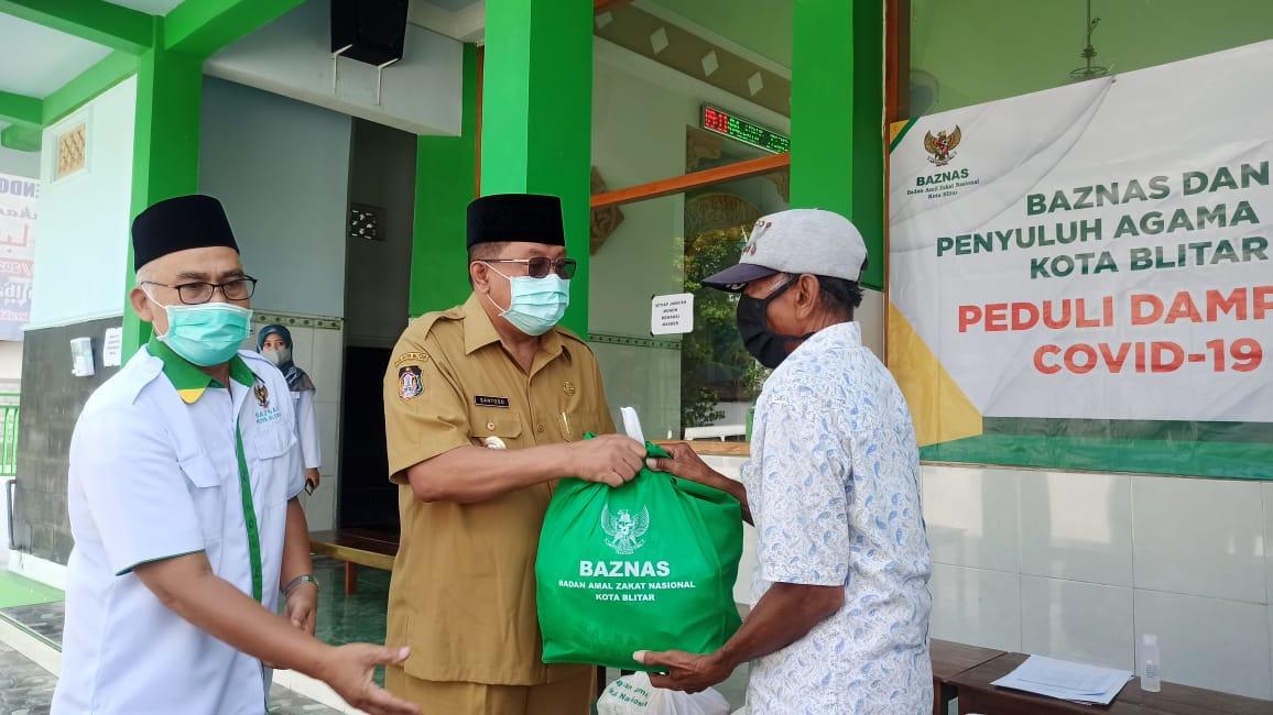 Plt Walikota Blitar Santoso Salurkan Bantuan ke Guru Ngaji dan Marbot