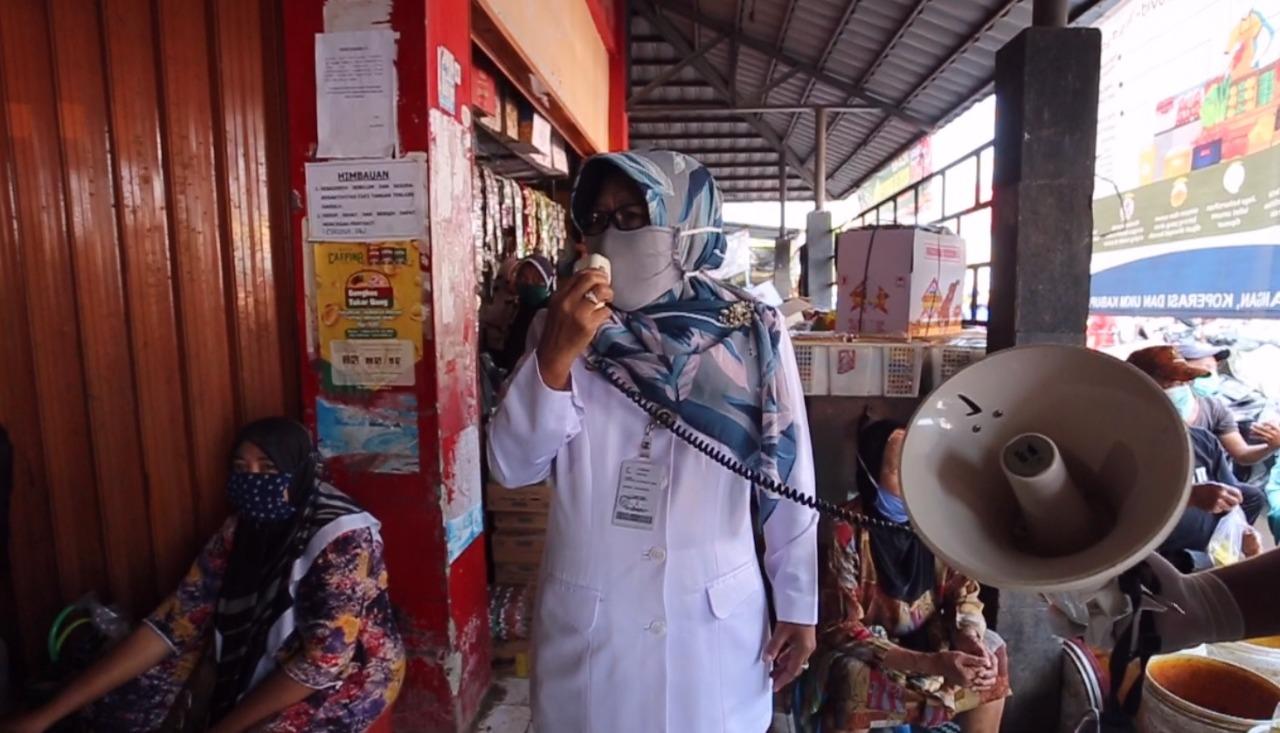 Bagikan Masker, Ketua Gugus Tugas Covid-19 Pemkab Tegal Himbau Warga Pasar Kemantran Patuhi Protokol Kesehatan