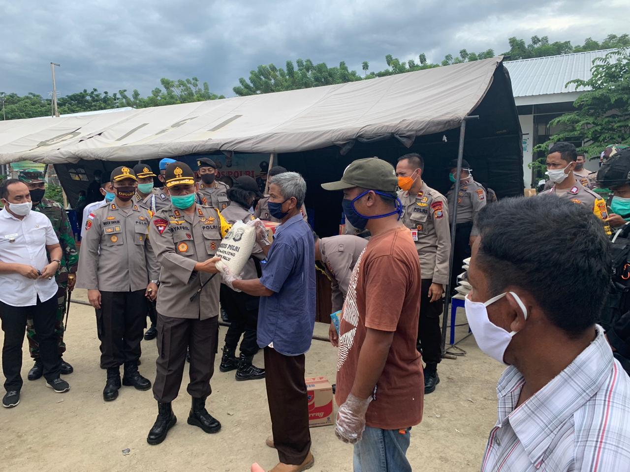 Kapolda Sulteng kembali serahkan tiga ton beras kepada warga di Palu