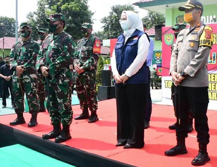 Pangdam III Siliwangi memberikan bantuan 2000 paket sembako Kepada Karawang