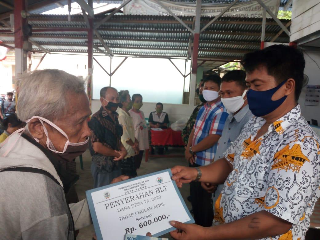 168 Warga Desa Soewe Terima Dana BLT Tahap Pertama