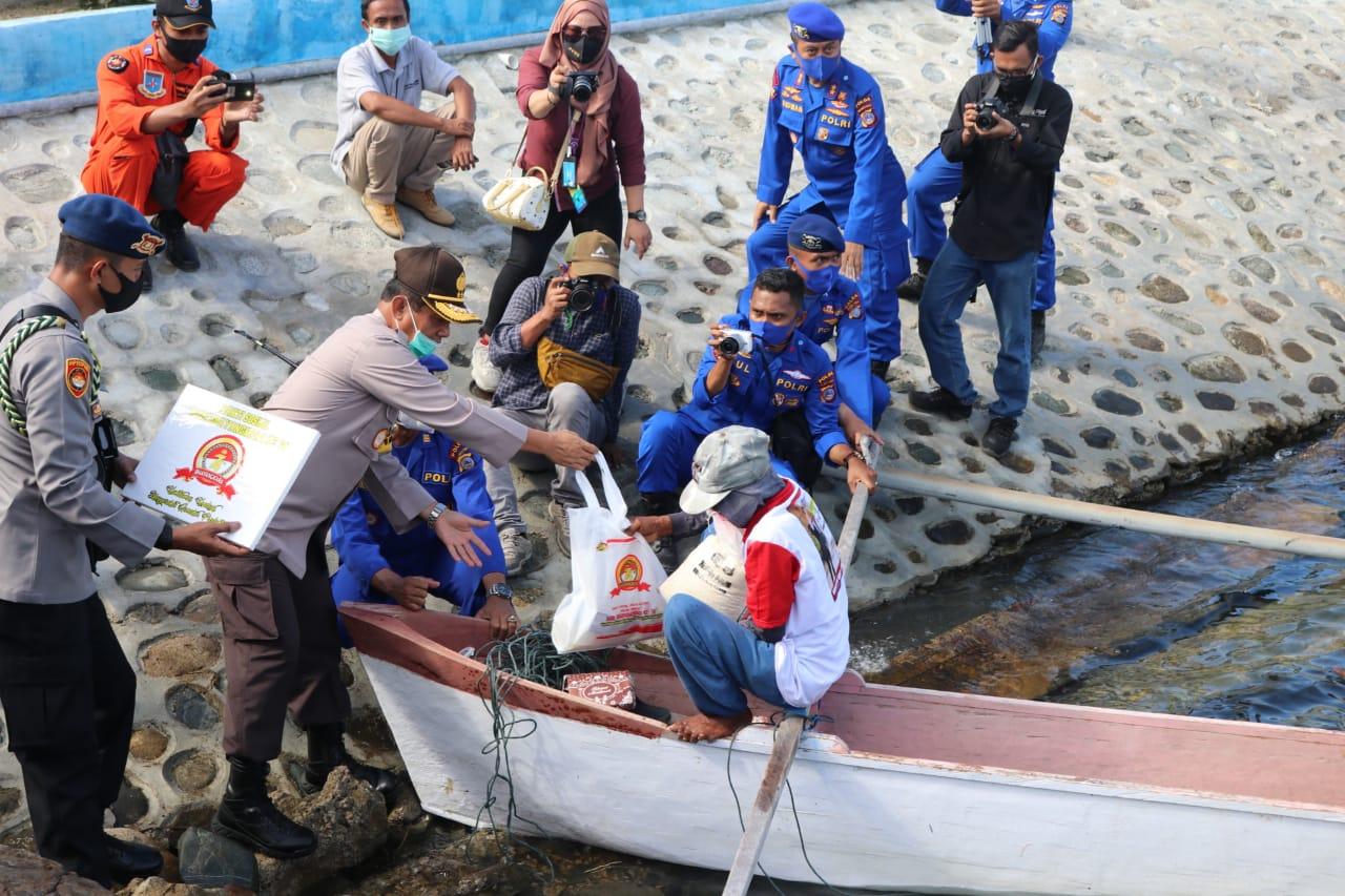 Kerjasama kapal nelayan dan polairud Polda Sulteng bagikan sembako masyarakat pesisir pantai