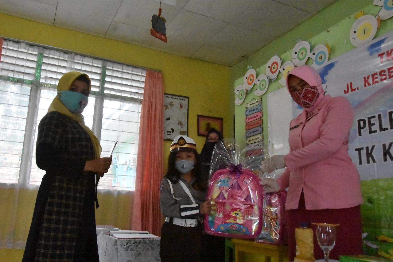 Pembagian Raport di TK Kemala Bhayangkari 08 Tanjungpinang Terapkan Protokol Kesehatan Ketat