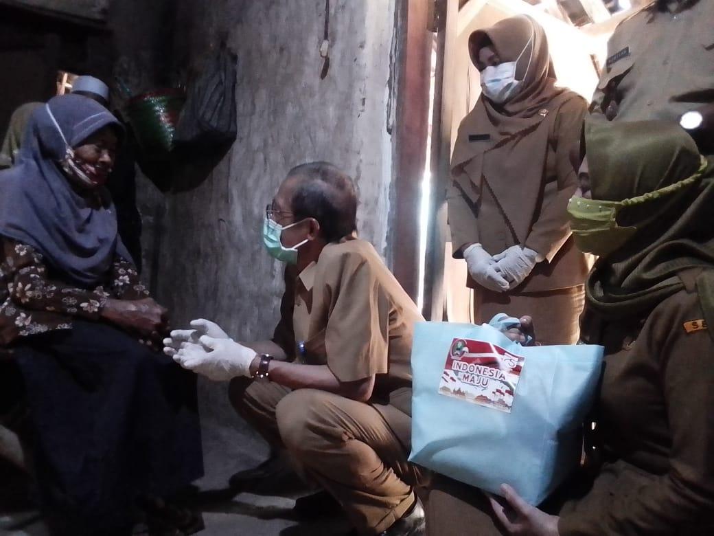 Bupati Blusukan dalam acara bantuan Permakanan di desa Dukuh