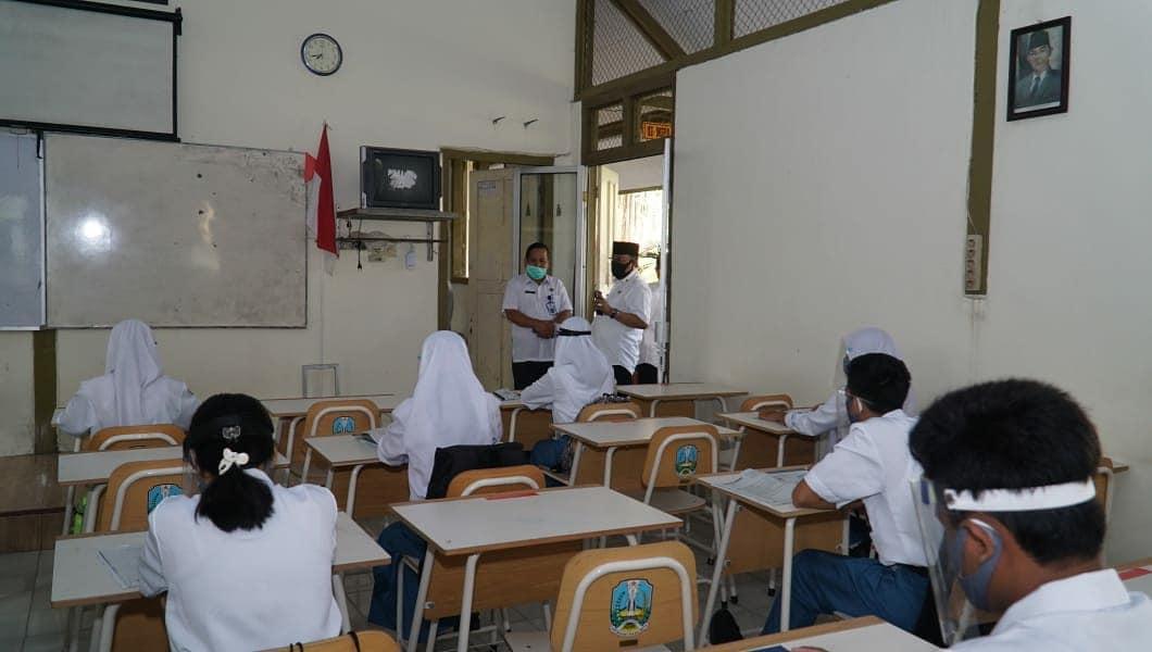 Persiapan SMA-SMK Kota Blitar Masuk Kembali, Walikota Santoso Cek Lapangan