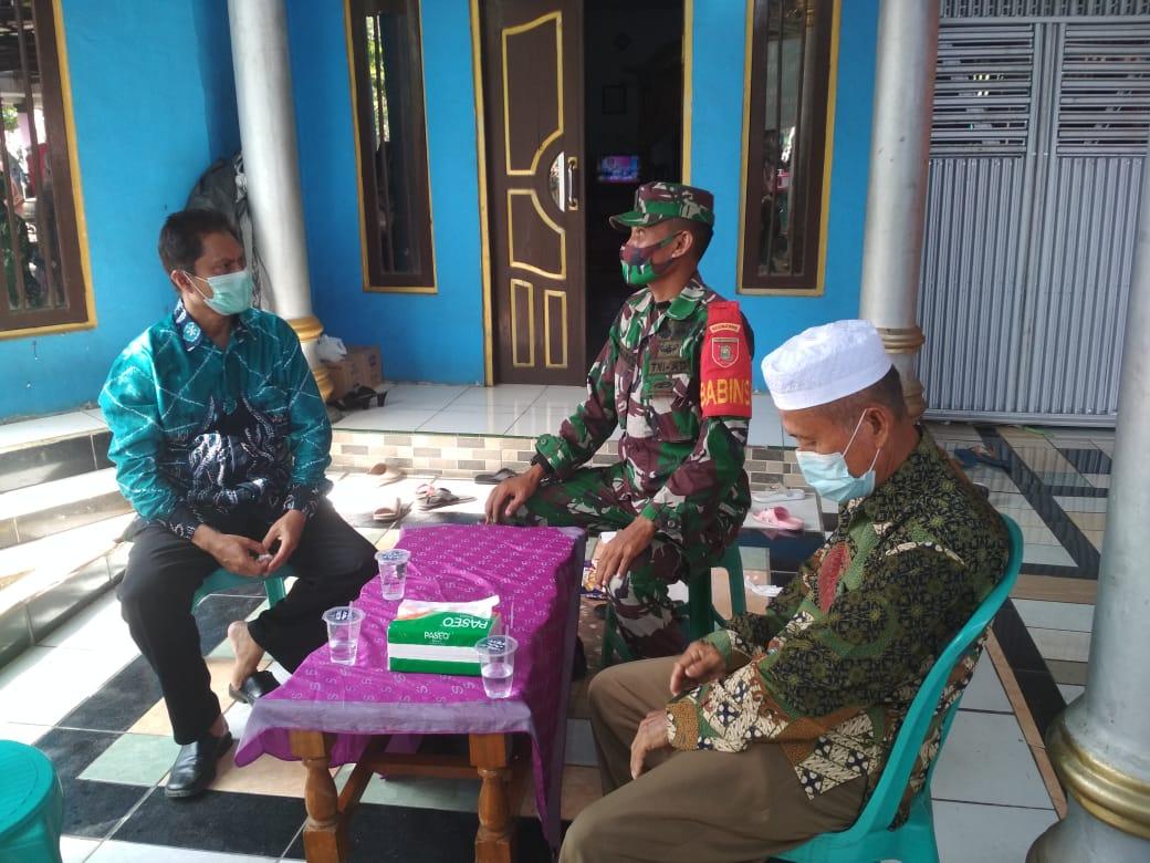 Dari Pintu ke Pintu Babinsa Kodim Barabai Sosialisasikan Perbup HST Di Desa Binaan