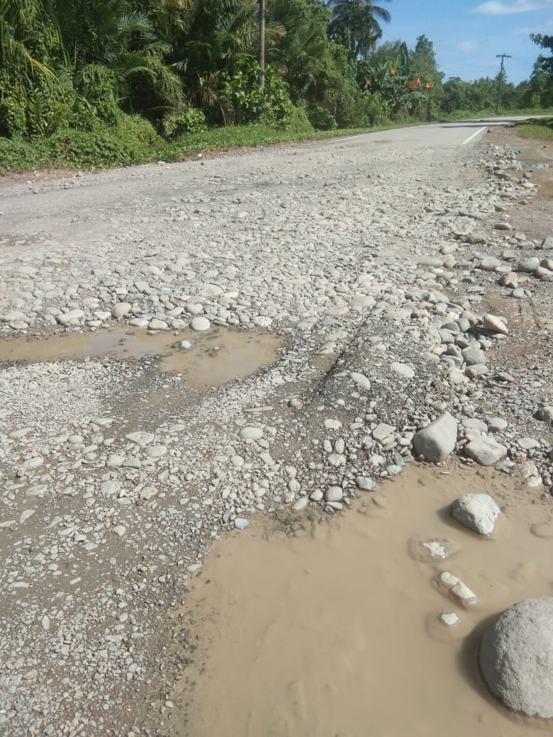 Satker Dan PPK 'Memanjakan' Kontraktor.Terkait Hasil Perbaikan Jalan Nasional Yang Di Duga Menggunakan Sirtu Bercampur Batu Bundar