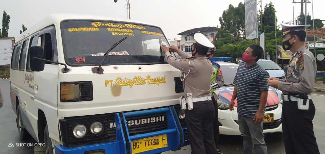 Stop Penularan Virus Corona Satlantas Polres Lampura Lakukan Pemasangan Stiker di Angkutan Umum