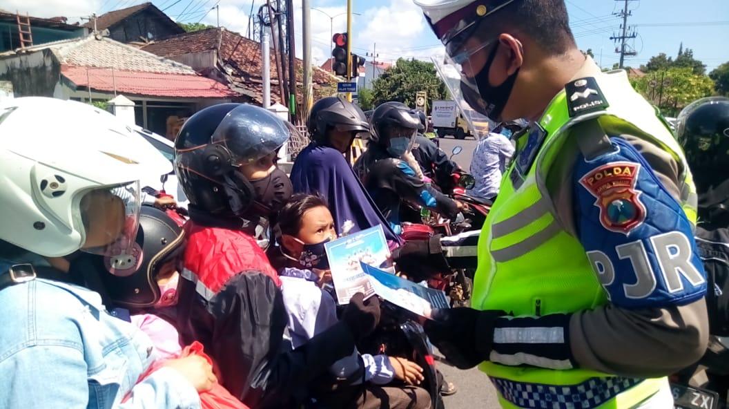 Jajaran Polisi Banyuwangi Bagi Brosur dan Telur Hias Dalam Rangka Maulid Nabi