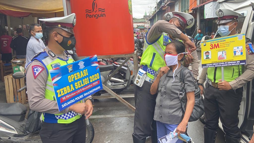 Satlantas Polres Tanjungpinang Bagikan Masker