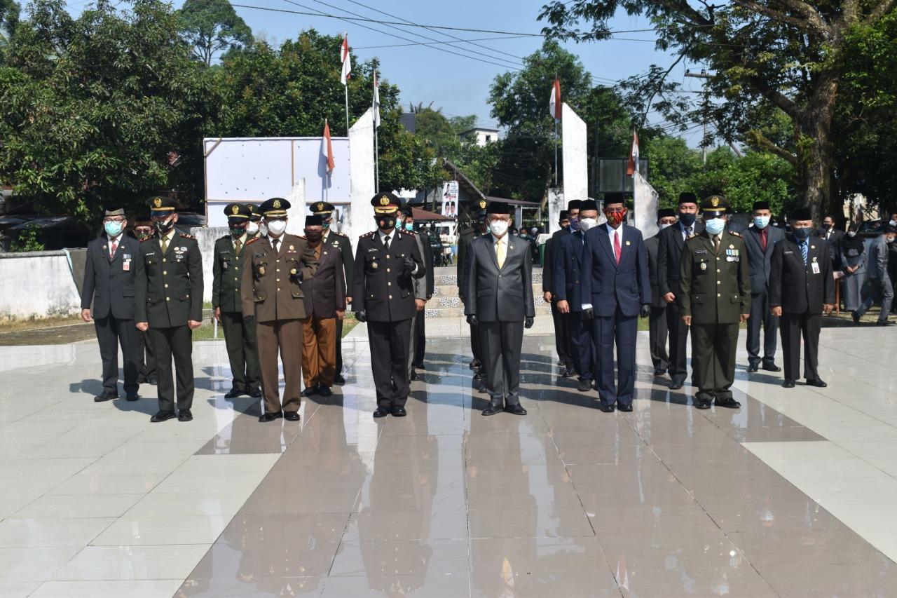 Peringati Hari Pahlawan, Forkopimda HST Laksanakan Ziarah Nasional Dan Tabur Bunga