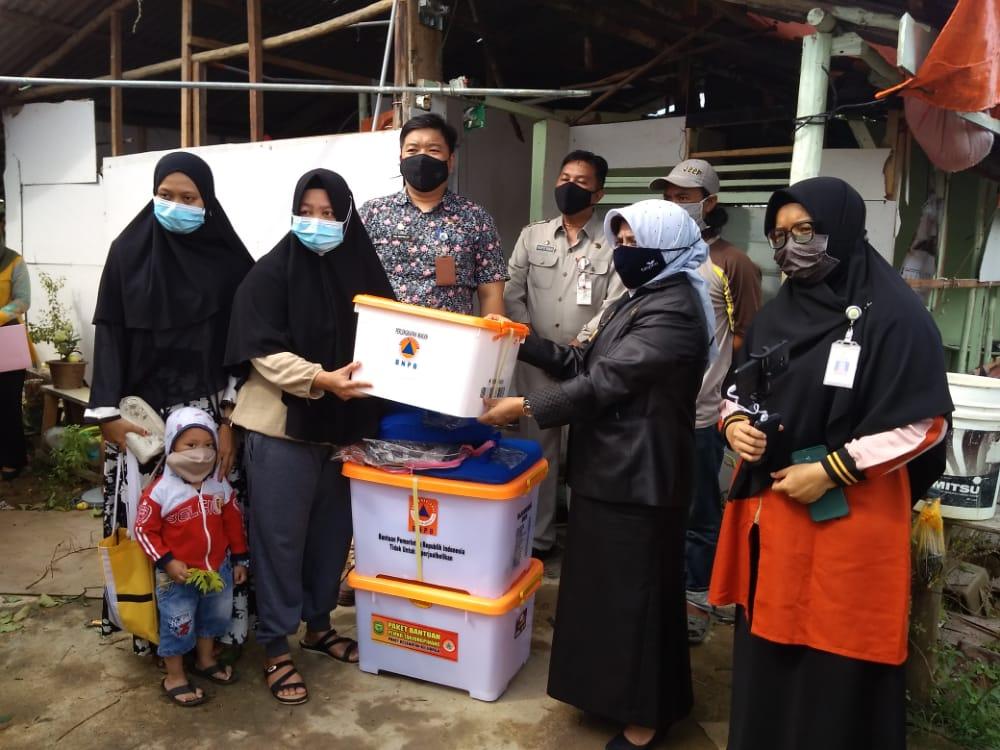 Warga yang Rumahnya Tersambar Petir Terima Bantuan dari Pemko Tanjungpinang