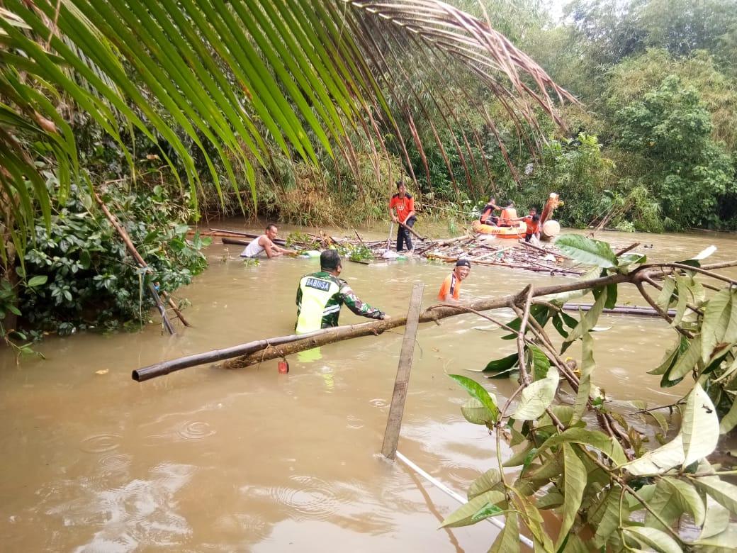 Koramil 06/Barabai Bersama BPBD HST Dan Warga Bukat Bersihkan Sungai Dari Sampah