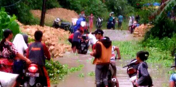 Jalan Di Hiligawoni Desa Ombolata Penghubung Kecamatan Alasa,Terendam Banjir Masyarakat Terancam Terganggu