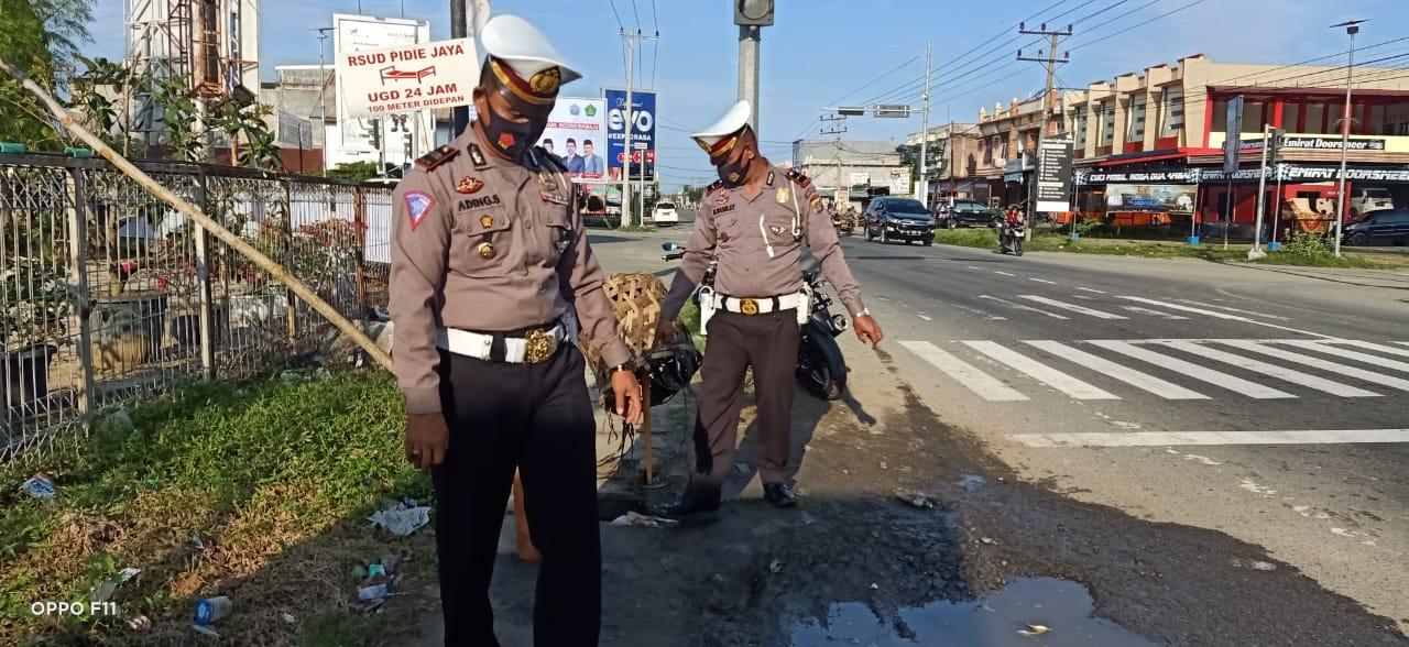 Cegah Makan Korban Kasat Lantas Pijay Tutupi Lobang Maut.