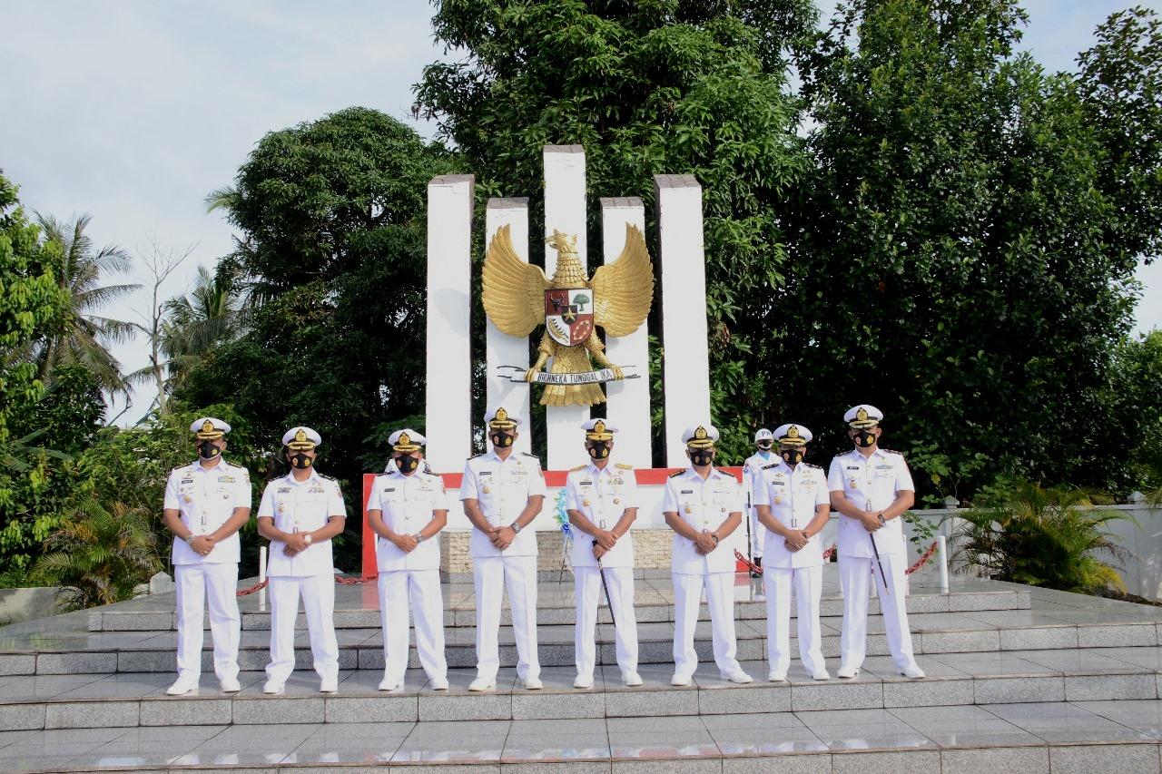 Jelang HUT Armada Laut Danlantamal IV Tabur Bunga di Makam Pahlawan