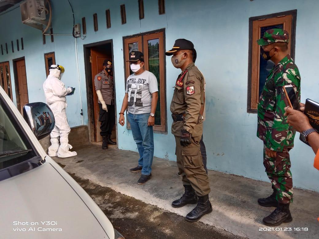 Disaksikan Camat dan RT, Tim Gugus Tugas Jemput Pasien Covid-19