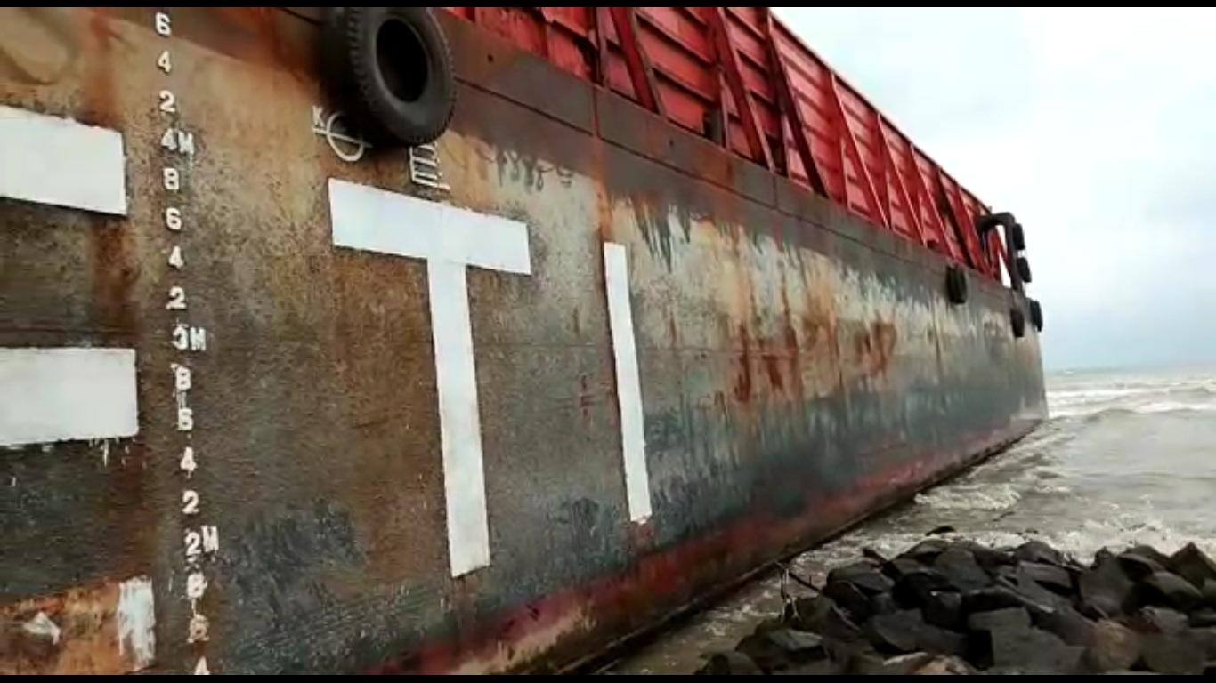 Kapal Tongkang Tanjungpriuk Terdampar Dilaut Tegal Oleh Ganasnya Ombak