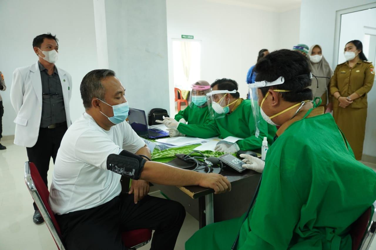 Tubaba Lakukan Vaksinasi Perdana Covid-19, Bupati Umar Ahmad Ikut divaksin