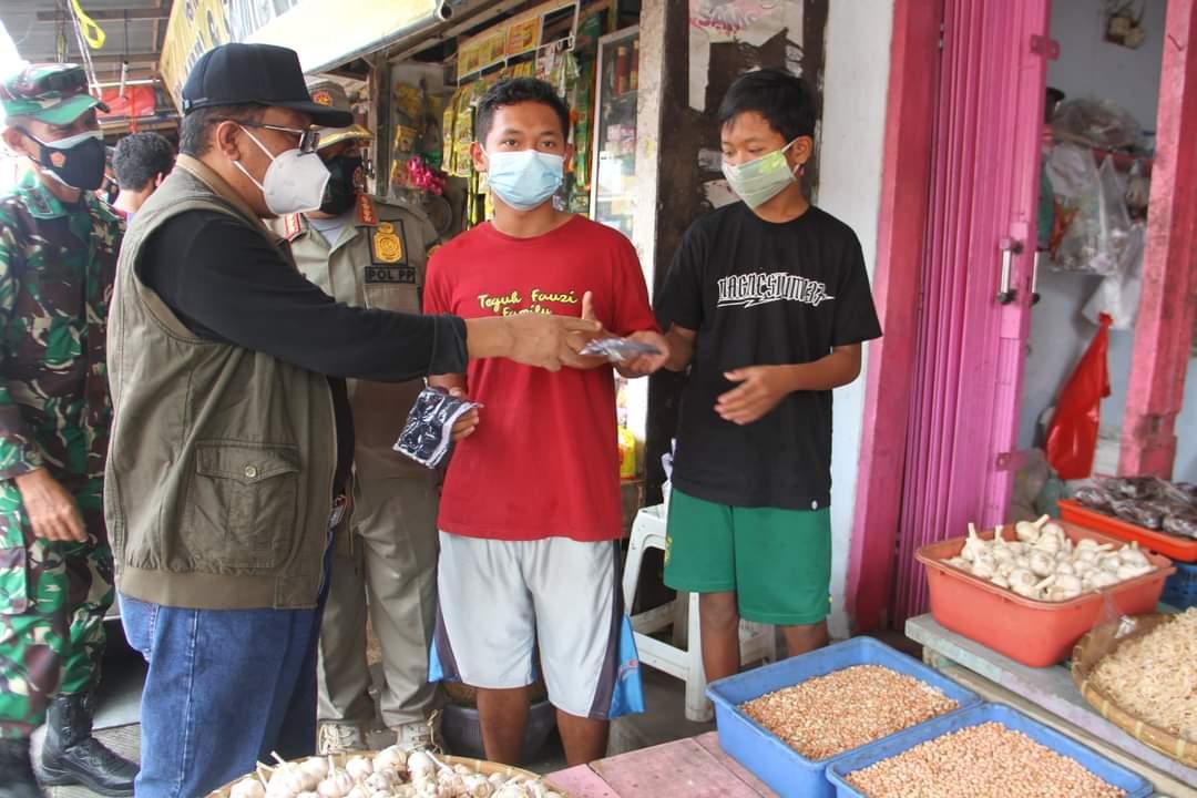 Di Pasar Legi Kota Blitar, Walikota Santoso Bagikan Masker dan Sosialisasi 5M